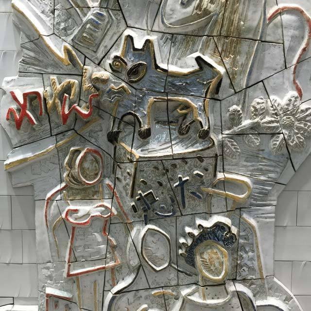 東京メトロ副都心線・渋谷駅(B3F 池袋方改札外通路)に設置された陶板レリーフ作品