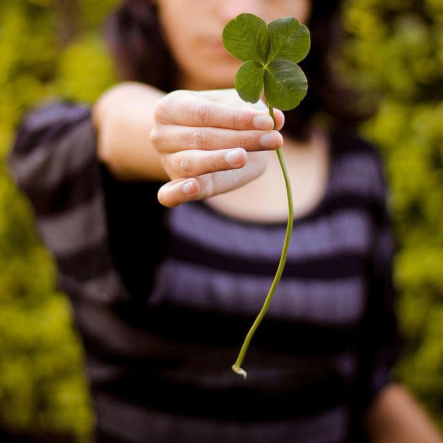 clover 四つ葉のクローバー(よつばのクローバー)は、小葉を4枚持つクローバー。普通に見かける三つ葉のクローバーの稀な変異体である。(特に偶然に)見つけると、幸運が訪れるという伝説がある。