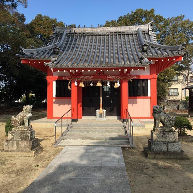 創祀は、永保年間(11世紀)に京都祇園から牛頭天王を勧請して建立されたと伝えられる。「スサノオ社」の一つである。 末社に稲荷社(保食命)があり、また境内に西武庫十三重塔(県指定文化財)として知られる、鎌倉時代石造美術の逸品(花崗岩製・高さ五メートル)が保存されている。 東面に銘文、南面と西面に阿弥陀如来像、北面には地蔵菩薩像が彫られ、当地有縁の人の供養墓であった。上守部素盞嗚神社にも同様の石塔がある。 平成7年1月17日阪神淡路大震災により本殿・拝殿・鳥居等全て倒壊するも、平成11年12月復興。