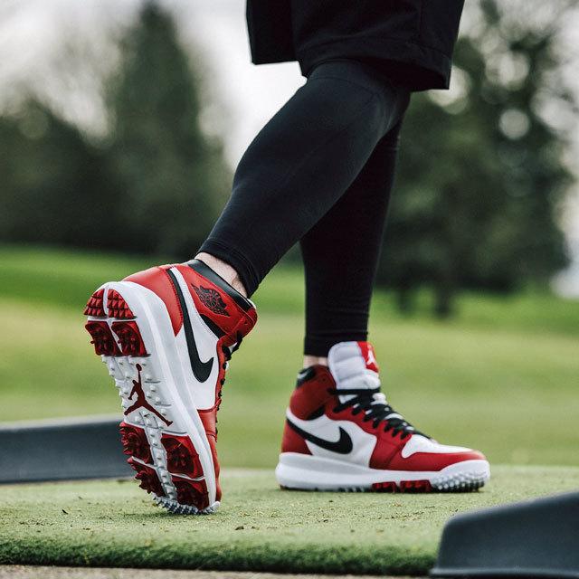 """カラーウェイは「Air Jordan 1」のアイコニックカラーとも呼べる""""Chicago""""と""""Silver/White""""の2色展開。2月10日(現地時間)から〈Nike〉のウェブストア及び一部取り扱い店にて発売を開始するので、ゴルフ好きのスニーカーヘッズたちは要チェックだ。"""