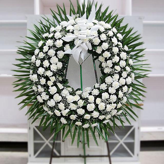 カーネーションの冠 カーネーションの美しい、シンプルでエレガントなリースで、哀悼の意を表現します。